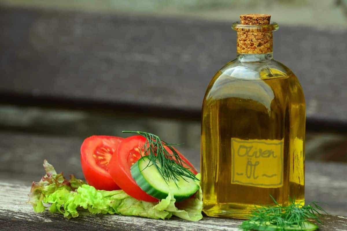 Olivenölflasche und Tomaten